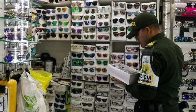 En 15 locales del centro de Medellín las autoridades decomisaron mercancía de contrabando