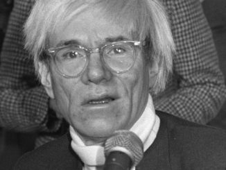 El pintor norteamericano Andy Warhol durante la rueda de prensa que ofreció en 1983 en Madrid. EFEArchivo