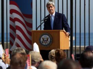 El secretario estadounidense de Estado, John Kerry, durante la ceremonia de izado de la bandera estadounidense en la embajada de ese país en La Habana (Cuba). EFEArchivo