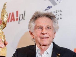 El director polaco-francés Roman Polanski posa con un premio en un evento. EFEArchivo