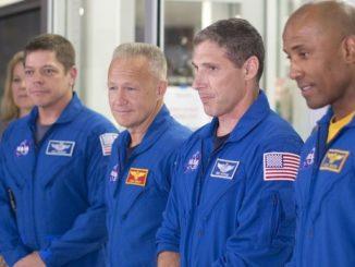 Los astronautas desde la izquierda, Bob Behnken, Doug Hurley, Mike Hopkins y Víctor Glover, hablan con periodistas este lunes 13 de agosto de 2018, frente a la nave en construcción Crew Dragon, mientras decenas de ingenieros continúan sus trabajos en un enorme hangar de SpaceX situado en la ciudad de Hawthorne (EE.UU). EFE