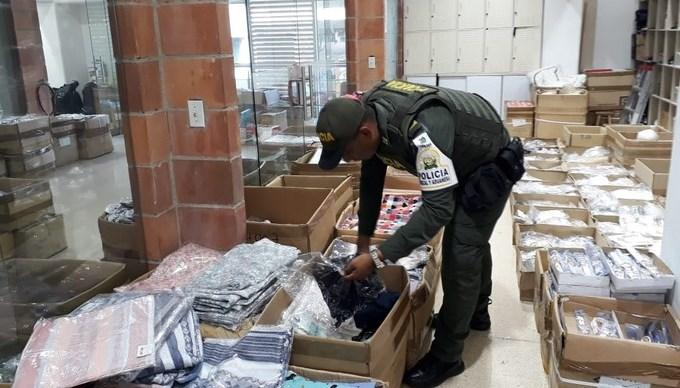 En locales comerciales de Medellín y Bello las autoridades incautaron $90 millones en mercancía de contrabando