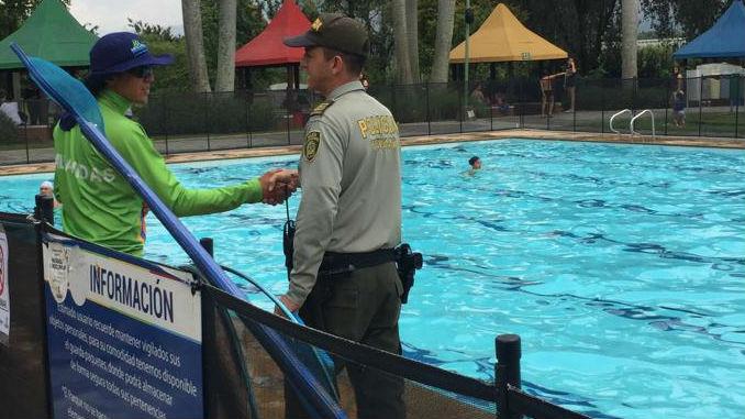 Policia_piscina_1