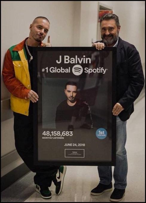 Resultado de imagen para J Balvin en compañía de Jesús López, Presidente / CEO de Universal Music Latin America.