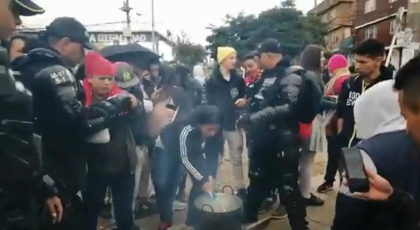 Chocolatada ESMAD y manifestantes