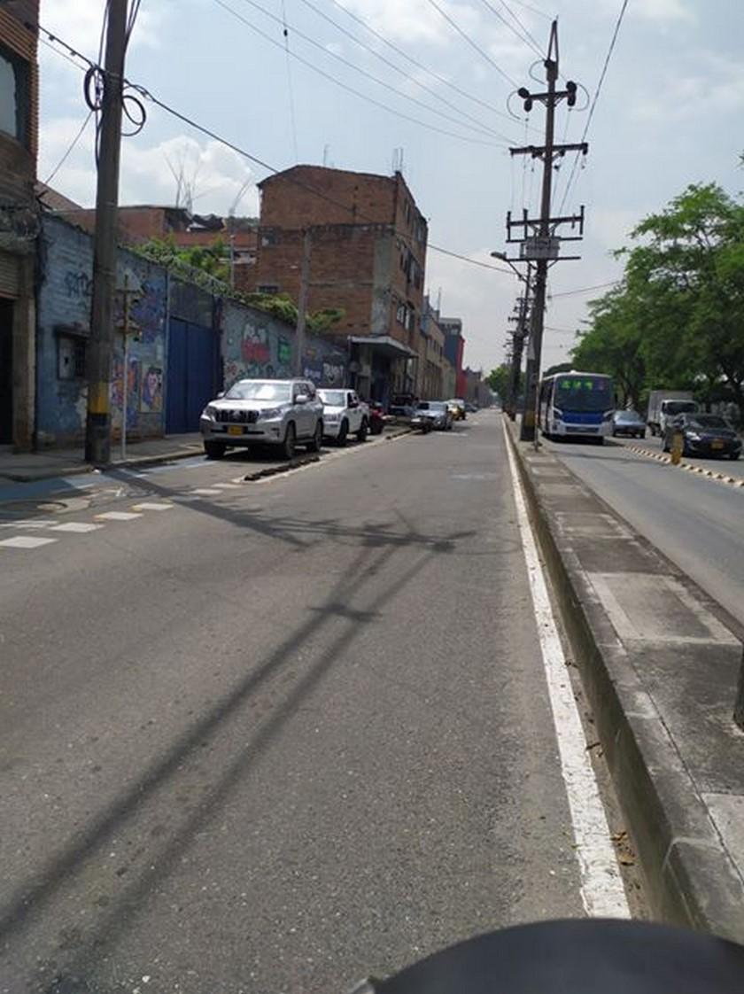 Fotos: ¡Descarados! En la Avenida Guayabal algunos se cogieron la cicloruta como parqueadero - Minuto30.com