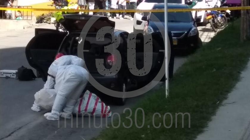 4 embolsado dentro de un carro en copacabana