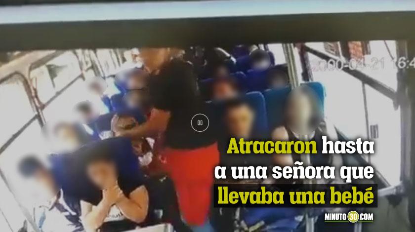 Estos dos sujetos atracaron a los pasajeros de un bus de Barbosa