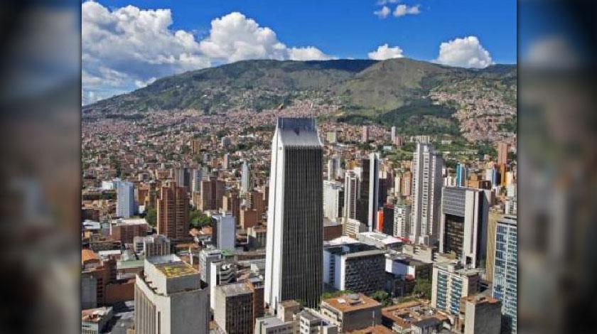 Medellín. Área Metropolitana. Día soleado.