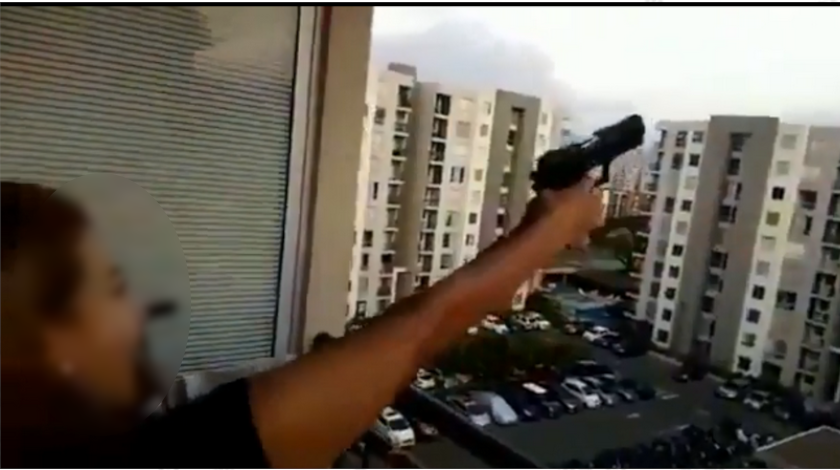 mujer que dispara al aire