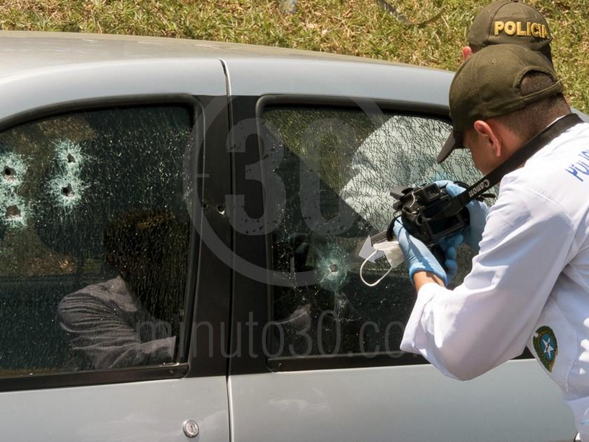 inspeccion tecnica del carro de las victimas del ataque sicarial en el parque juanes 05 03 2020 1