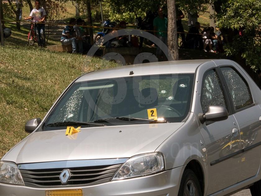 inspeccion tecnica del carro de las victimas del ataque sicarial en el parque juanes 05 03 2020 3