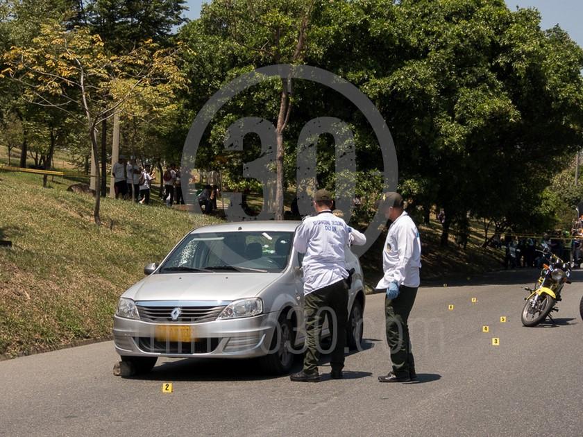 inspeccion tecnica del carro de las victimas del ataque sicarial en el parque juanes 05 03 2020 6