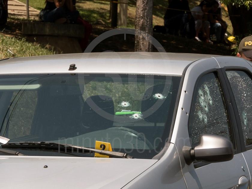 inspeccion tecnica del carro de las victimas del ataque sicarial en el parque juanes 05 03 2020 7
