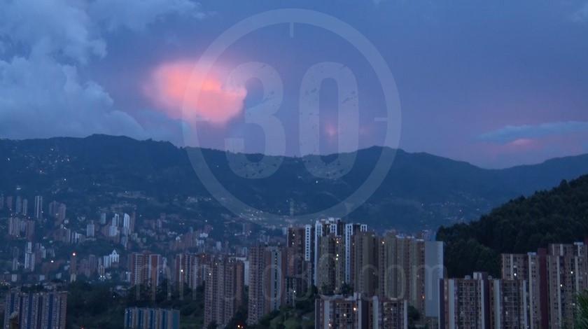 Medellin atardecer anochecer ciudad panoramica edificios ciudad9