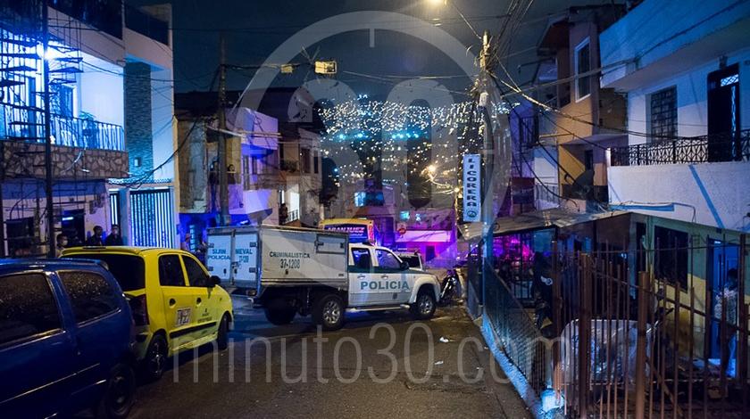Mujer asesinada a cuchillo punal por su esposo companero sentimental en el barrio Santa Cruz Medellin