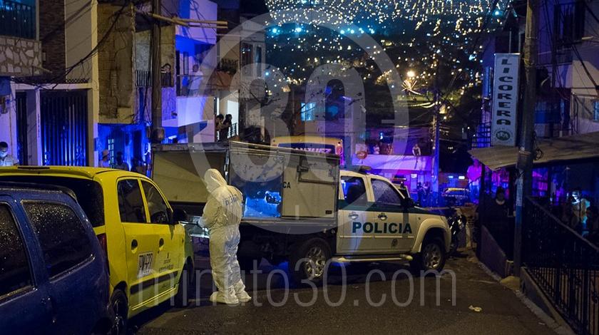 Mujer asesinada a cuchillo punal por su esposo companero sentimental en el barrio Santa Cruz Medellin3