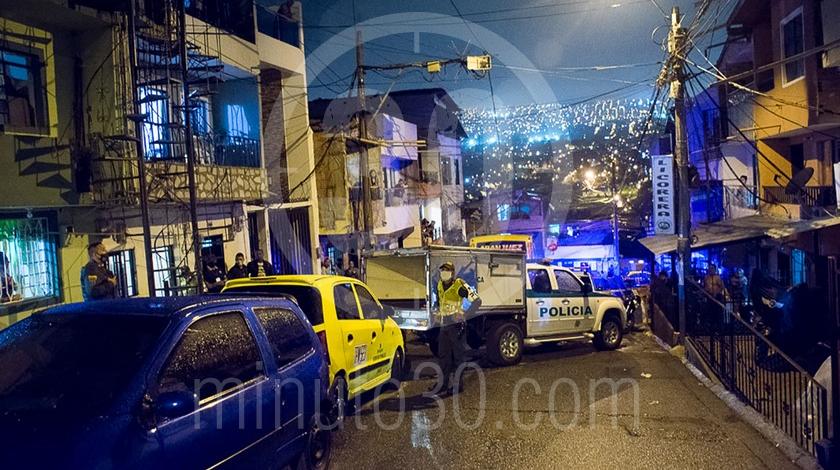 Mujer asesinada a cuchillo punal por su esposo companero sentimental en el barrio Santa Cruz Medellin4