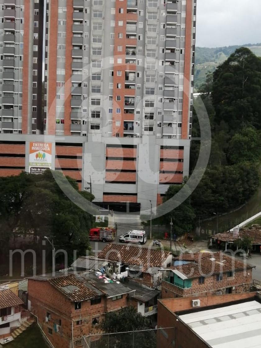 Mujer se tira del balcon de su casa en un edificio de La Estrella La Tablaza2