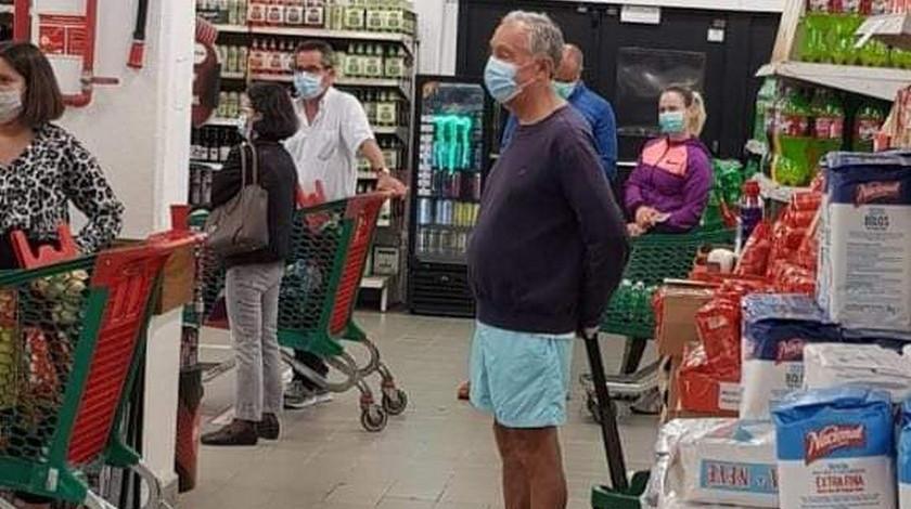 Presidente de Portugal mercando en pantaloneta y haciendo fila