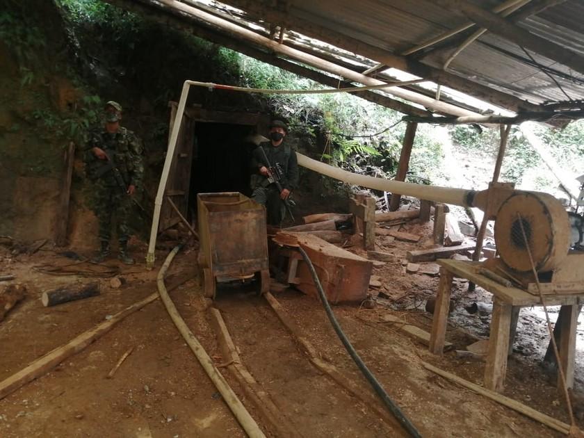Sujetos haciendo mineria ilegal en el municipio de Envigado Antioquia 5