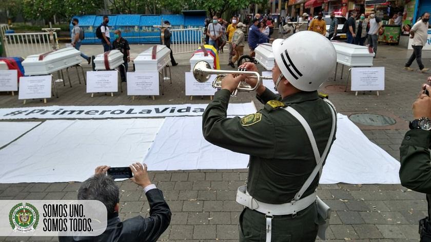La policía se sumó al acto de rechazo por masacres organizado por ciudadanos de Medellín