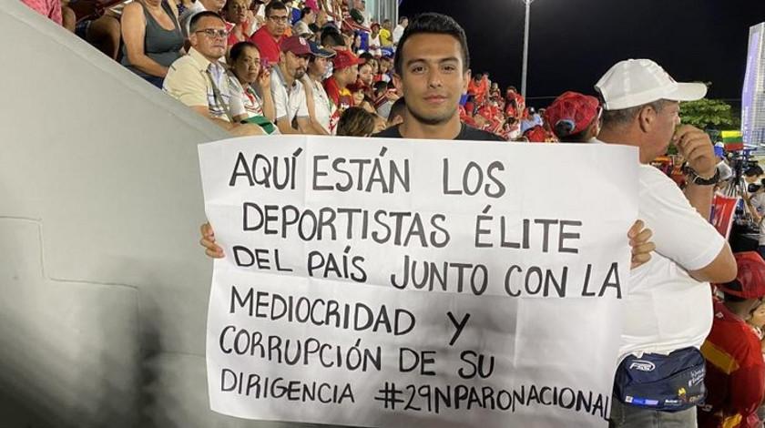 Jorge Ivan Agudelo protesta contra el gobierno apoyo al paro nacional