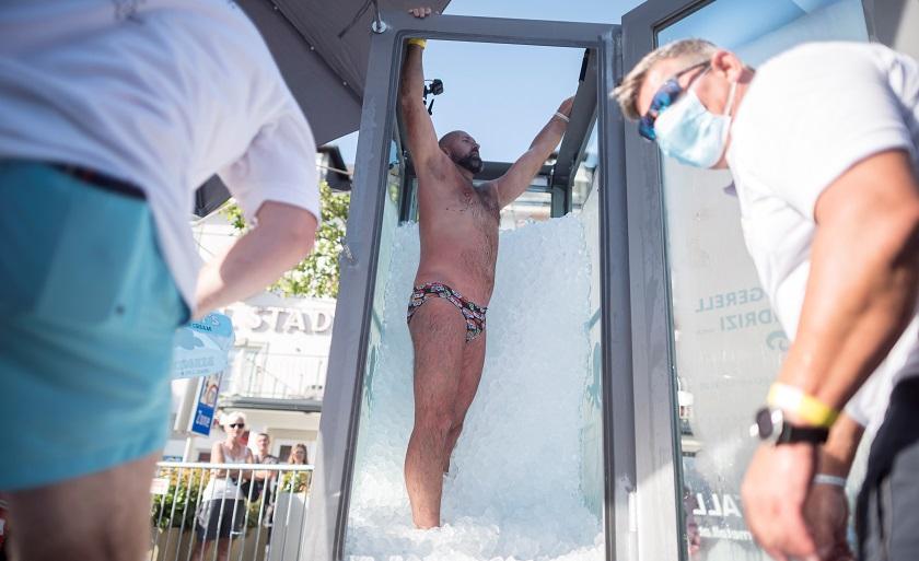 Josef Köberl, el austríaco en bañador que permaneció 2,5 horas en un cabina llena de hielo