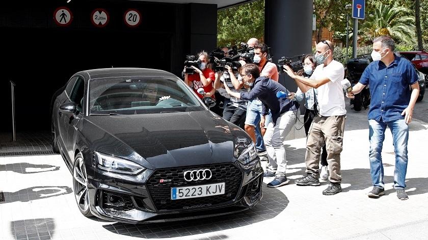 Jorge Messi, representate y padre del delantero del Barcelona Lionel Messi, sale con su coche de la Fundación Messi