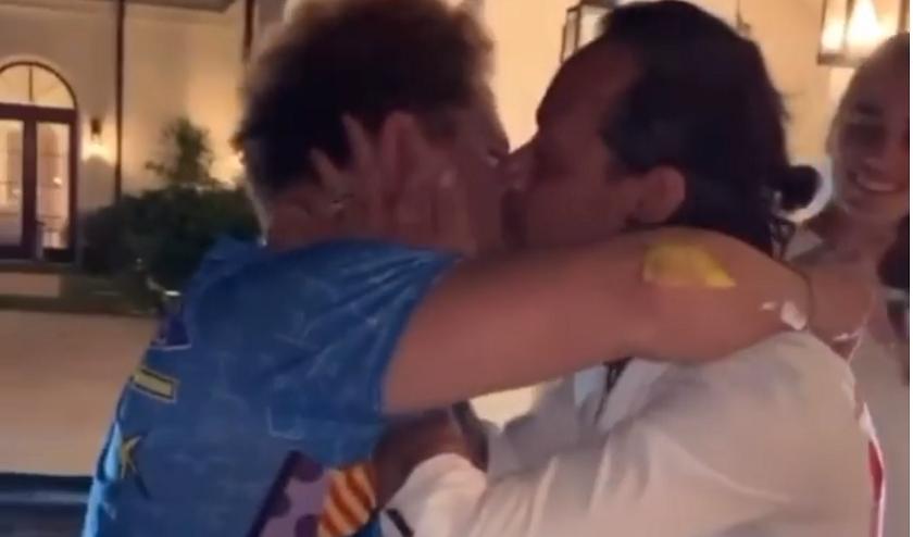 Marc Anthony besos en la boca a hombres