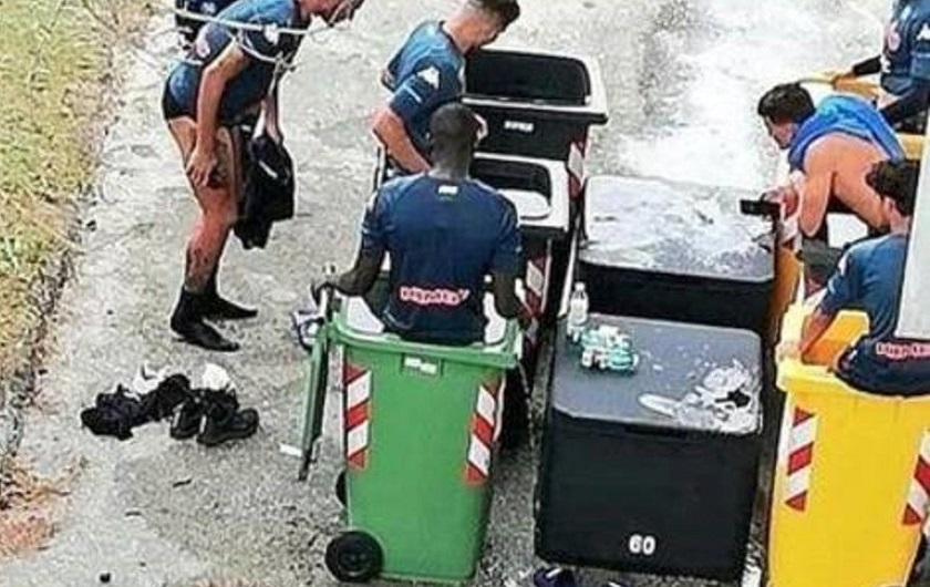Jugadores del Napoli en tanques de basura