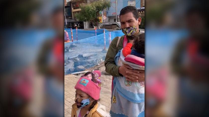 Indignante Discriminan a hombre venezolano y a sus hijas en plena calle de Bogota
