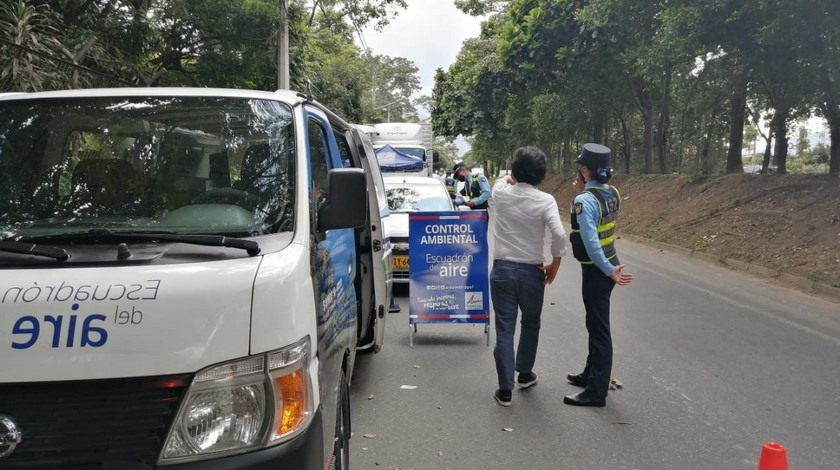 Operativo de control contra vehiculos contaminantes en Medellin