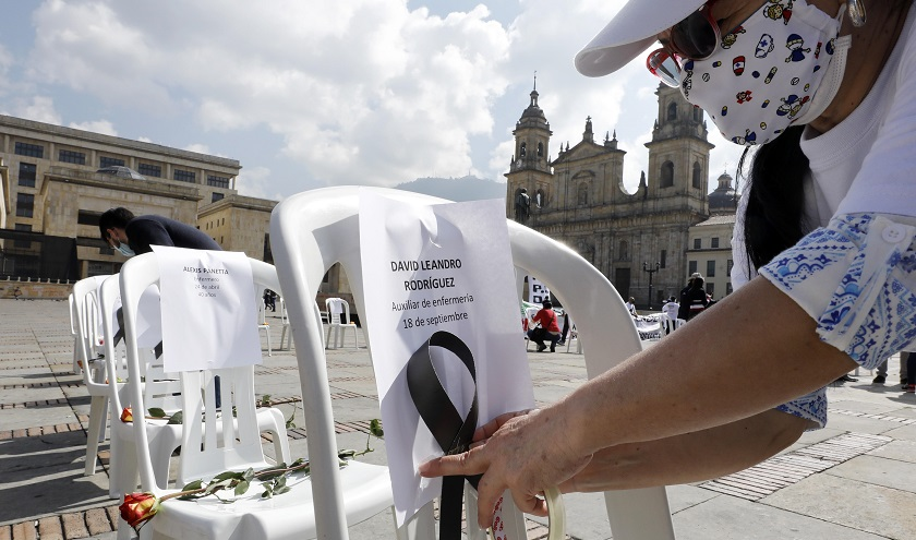Sillas vacías recuerdan a 165 fallecidos del personal de la salud que han perecido por la pandemia en Colombia