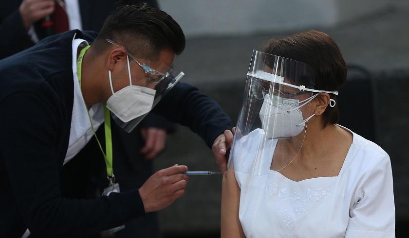 Enfermera mexicana de 59 años, primera latinoamericana con vacuna de Pfizer