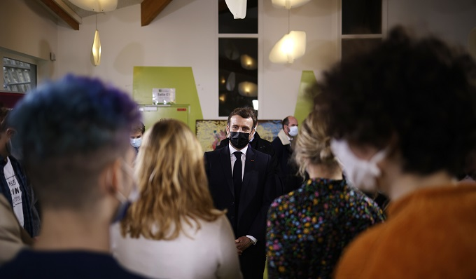 Macron quiere que los universitarios franceses vuelvan a las aulas un día por semana
