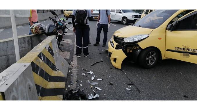 En Medellín un taxi chocó con un separador de la vía el conductor resultó lesionado