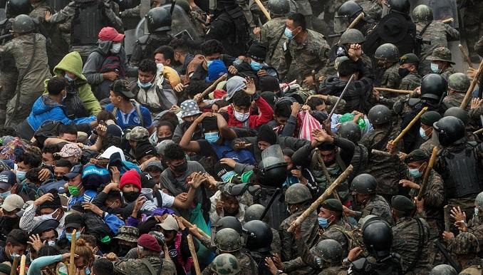 Guatemala disuelve con el uso de la fuerza a caravana migrante hondureña