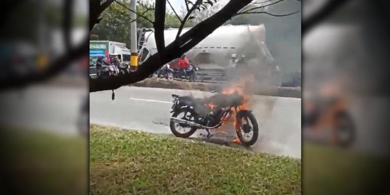 Le quemaron la moto A presunto ladron que estaria robando a mujeres en la Guayabal