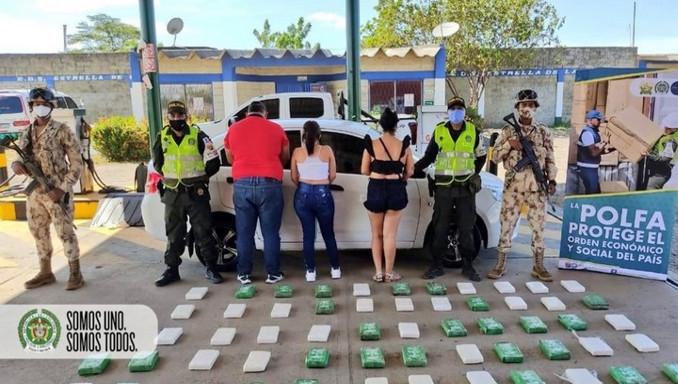 Dos mujeres y un sujeto intentaron persuadir a Policías